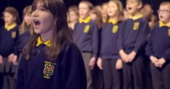 Den autistiske jenta stiller seg foran koret og trekker pusten dypt. Når hun begynner å synge får jeg gåsehud!