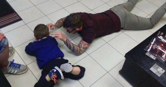 Foreldrene blir overrasket når de ser frisørens smarte metode for å håndtere gutten med autisme!