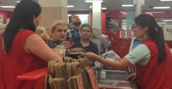 Kassadamen gråter når den frekke kunden fornærmer henne. Så sier sjefen noe som får alle i køen til å MÅPE!
