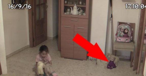 Han setter opp et kamera på rommet til datteren. Det som skjer på 0:31 får blodet til å fryse i årene hans!