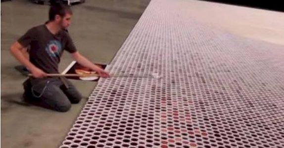 De stiller opp 66000 kopper fulle av vann. Når kameraet zoomer ut skjønner du HVORFOR!