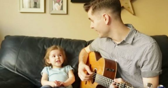 Faren tar gitaren og begynner å synge. Men HØR når den 4 år gamle datteren slenger seg med!
