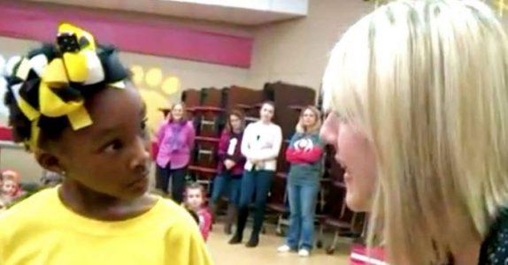 Jenta ropes opp foran øynene på alle elevene. Med gråten i halsen avslører læreren en STOR overraskelse!