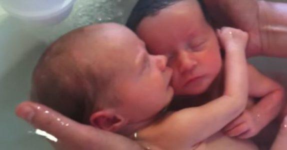 Disse nyfødte tvillingene vet ennå ikke at de har blitt født. Det sykepleieren gjør da rører alle til tårer!