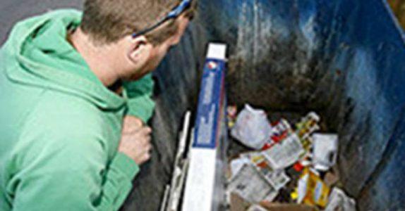 Mannen reddet en baby fra en søppelcontainer. Men minutter senere får han sitt livs største sjokk!