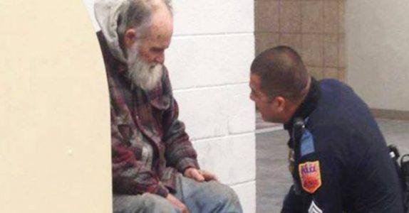 Den hjemløse mannen nekter å forlate butikken ved stengetid. Når politiet kommer avsløres den triste sannheten!