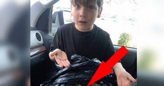 Gutten går ut av bilen og finner en svart søppelsekk. Når han åpner den, ser han noe UTROLIG!