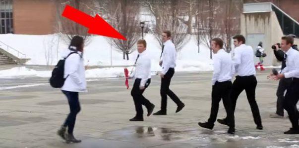 Kvinnen går rundt i sine egne tanker. Men SE hva mennene i de hvite skjortene gjør da!