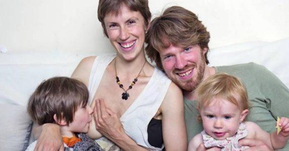 Hun ammer sin 5 år gamle sønn og oppdrar barna sine uten disiplin eller regler.