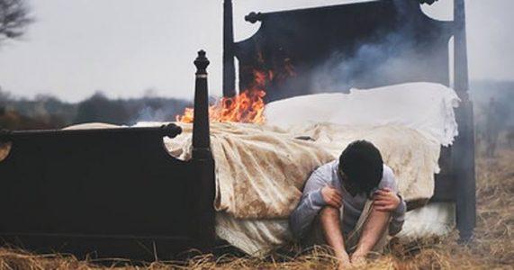 15-åringen ser demoner hver gang han skal sove. Da ber læreren ham om å ta frem kameraet!