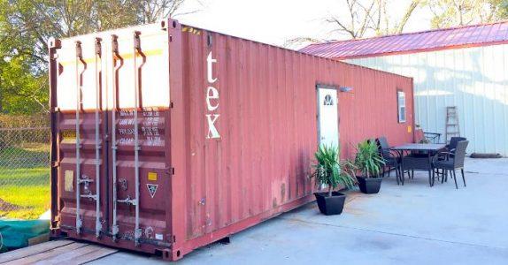 Folk rynker på nesen når han sier han bor i en container. Men vent til du ser INNSIDEN!