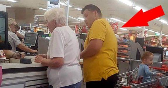 Han oppdager noe kjent ved kvinnen foran ham i køen. Da gjør mannen i den gule skjorten noe utrolig!