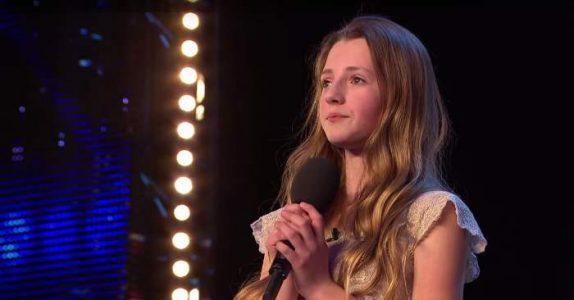 Dommerne ser rart på hverandre når 12-åringen forteller hvem idolet hennes er. Men når hun begynner å synge? Wow!