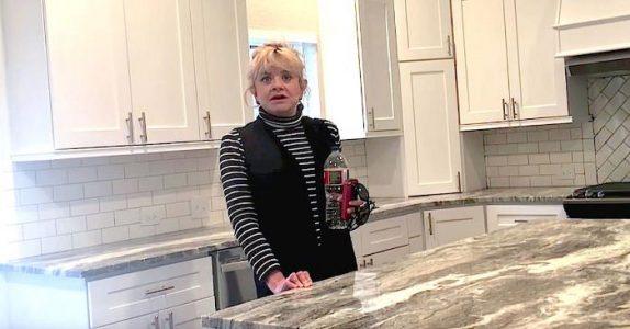 Eiendomsmegleren tar med alenemoren for å se på et hus. Så gir han henne en UTROLIG beskjed!