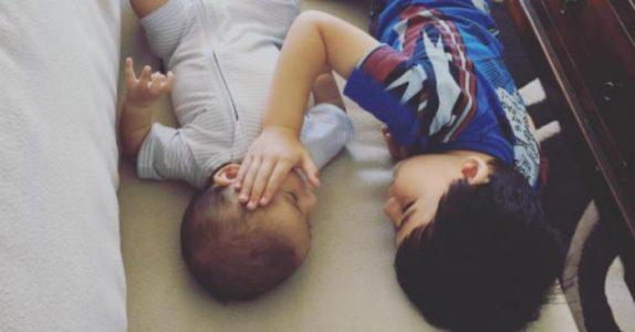 Moren lar babyen være alene med 3-åringen. Men det gutten sier til babyen får meg til å gråte!