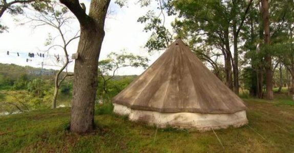 Han bor i et nedslitt telt uten strøm og vann. Men plutselig står noe utrolig på plenen!