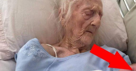 Den 101 år gamle kvinnen får en liten pakke i hånden. Kort tid etterpå er hun ikke blant oss lengre.