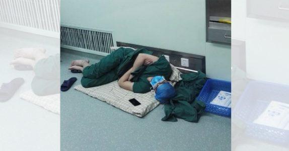 Kirurgen kollapser på gulvet etter 28 timers arbeid. Nå spres bildet som ild i tørt gress!