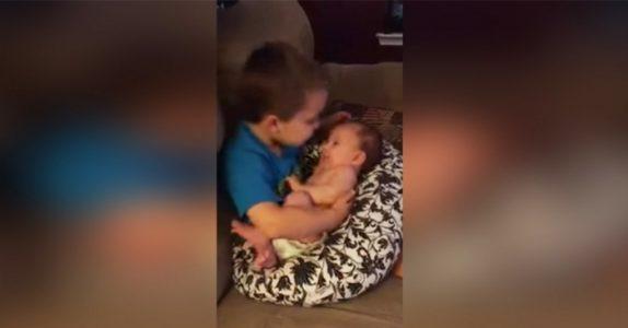 Mammaen finner sønnen på sofaen med lillesøsteren i armene. Men når han åpner munnen, renner tårene mine!