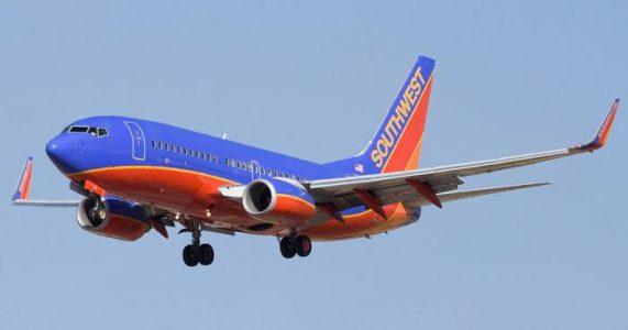 Piloten snur flyet og kaster tobarnsmoren av. Sekunder senere innser hun det FRYKTELIGE!