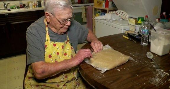 98-åringen baker 100 kaker når kona dør. Årsaken? Dette fikk hjertet mitt til å smelte!