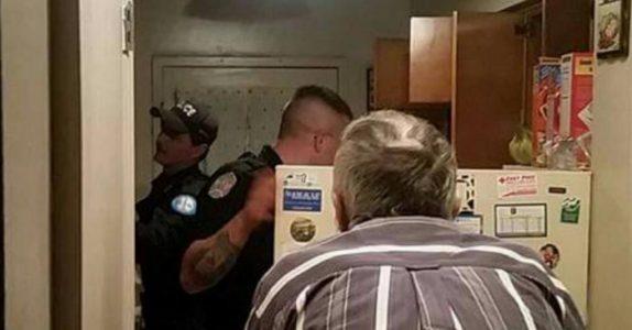 Politiet åpner kjøleskapet til den 79 år gamle mannen. Men det de finner gjør dem MÅLLØSE!