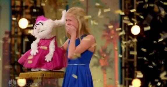 Den blonde jenta stikker en pinne i dukken. Men det NESTE som skjer får hele salen til å måpe!