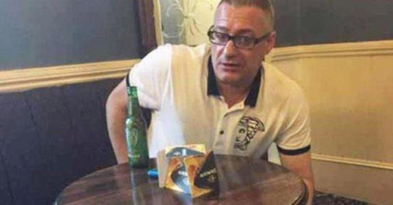 Han drikker øl når 3 væpnede menn plutselig står i døråpningen. Når han våkner, husker han ingenting!