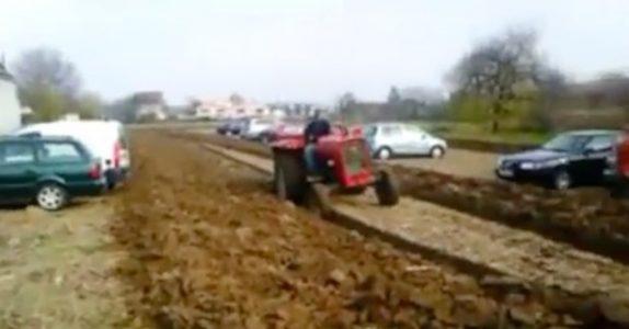 Bilistene ignorerer bondens bønn om å ikke parkere på jordet hans. Da tar han den PERFEKTE hevnen!