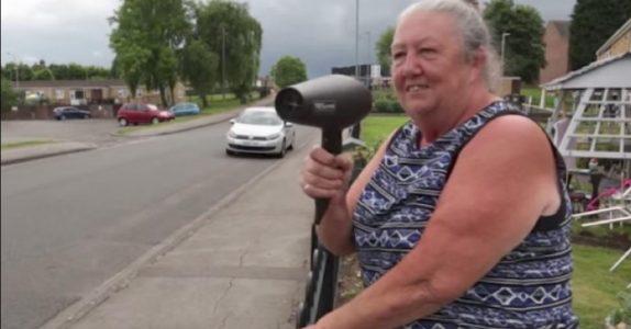 Naboene tror først at kvinnen har gått fra vettet. Men når de skjønner HVA som skjer, applauderer de!