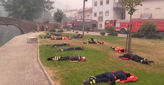 Dette bildet sprer seg nå på nettet. Som en påminnelse om at vi aldri må slutte å hylle våre brannmenn!
