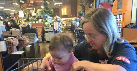 Kassereren har Down syndrom. Men det hun gjør når hun ser denne jenta, tar pusten fra moren!