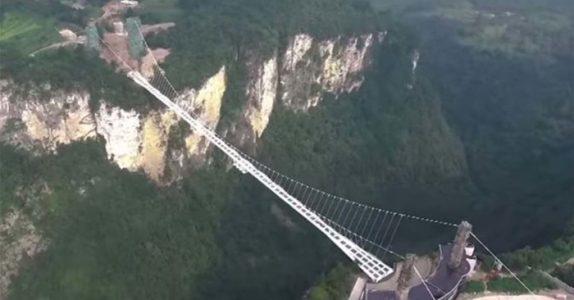 Nesten ingen våger å gå over denne broen. Etter en nærmere titt, skjønner du HVORFOR!