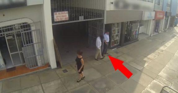 Han sextrakasserer forbipasserende kvinner hver dag. Men se nå når MOREN hans tilfeldigvis passerer!