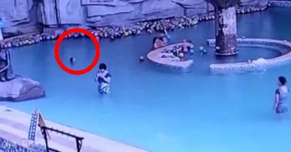 4-åringen kjemper for livet i bassenget. Men se hva moren gjør noen få meter unna!