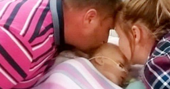 Foreldrene kysser babyen sin farvel. Men når legene slår av maskinene, skjer det et mirakel!