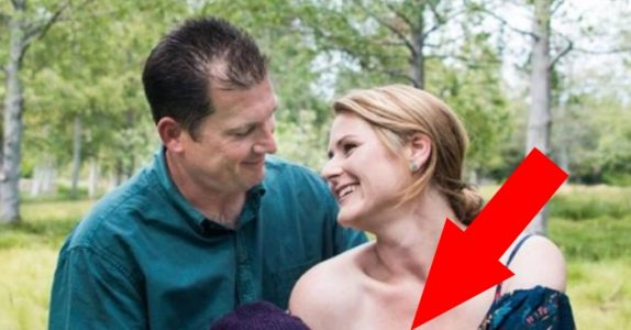 Tenåringen forlot sin gravide kjæreste. 21 år senere tar de dette bildet, og internett går amok!