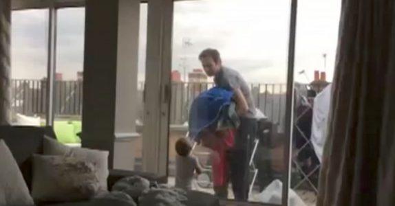 Pappaen og babyen krangler om klesvasken. Den komiske samtalen sjarmerer alle i senk!