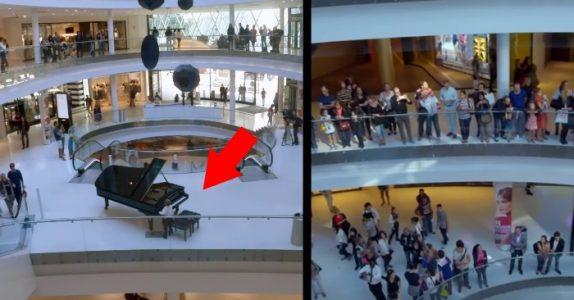 Gutten setter seg ned ved pianoet på kjøpesenteret. Men det neste som skjer får alle til å måpe!