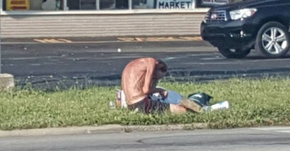 Han snikfotograferte «benranglet» ved veien. Men når han ser nærmere, innser han at han må bryte alle regler!