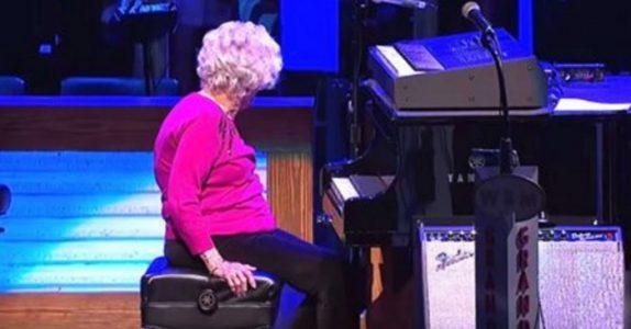 Den 98 år gamle bestemoren avbryter countrykonserten. Men ingen hadde forventet DETTE!