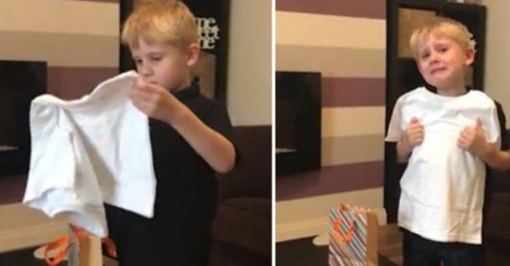 6-åringen får en T-skjorte i presang av moren. Men når han ser hva det står på den, begynner tårene å trille!