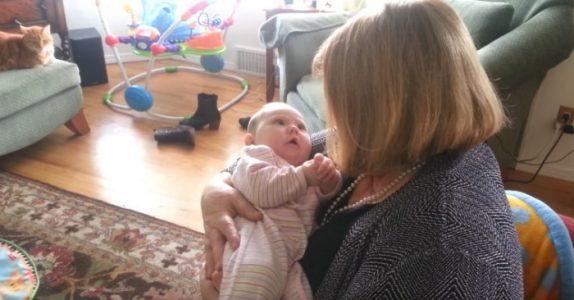 Babyen ligger i mormorens armer. Men SE hvordan hun reagerer når bestemor begynner å synge!