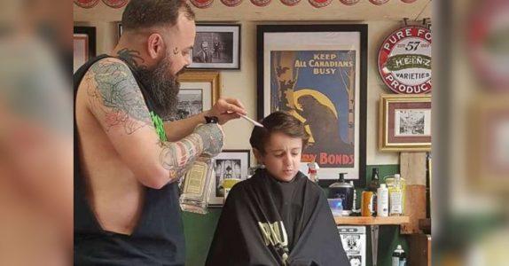 Hun tror det blir katastrofe når den autistiske sønnen skal klippe håret. Men så gjør frisøren DETTE!