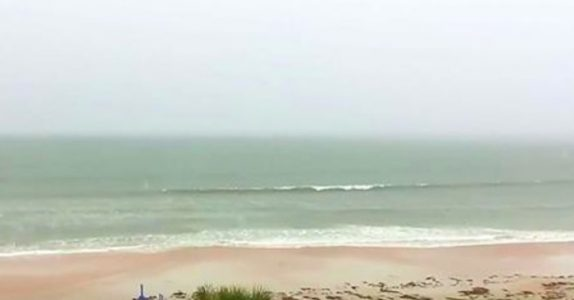 Mannen filmer havet i tordenværet. Men det han fanger på film gir meg frysninger nedover ryggen!