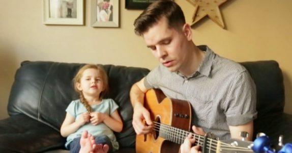 Den unge pappaen synger en duett med datteren sin. Dette MÅ du bare høre!