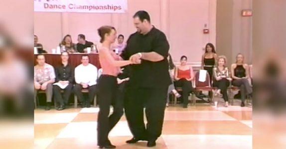 Publikum kalte ham tjukkas. Men SE nå når han begynner å danse! Fantastisk!