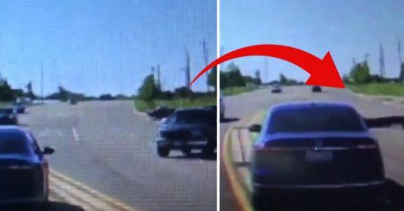 Mannen hopper inn i den rullende bilen. Det viste seg å redde sjåførens liv!