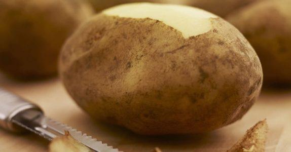 Du har skrellet poteter feil hele livet. Ta en titt på denne kjøkkensjefens GENIALE triks!