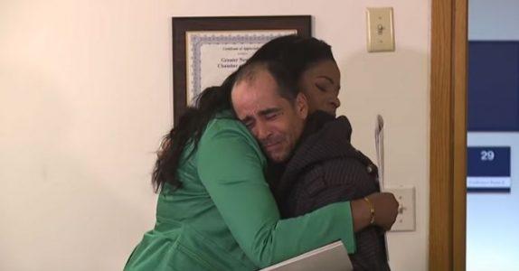Hjemløs mann fant en sjekk på 80.000 kroner. Men når han returnerer den, forandres HELE livet hans!